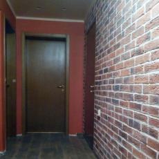 Лепене на декоративни тухли в коридора